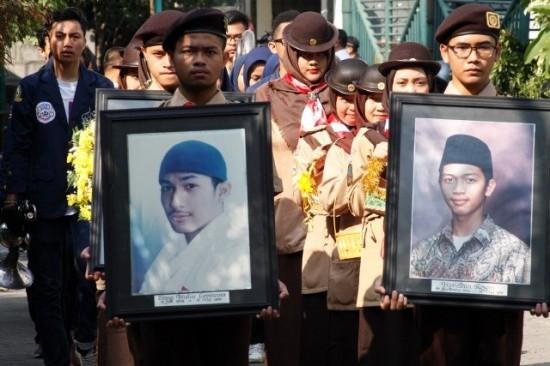 Mahasiswa membawa foto korban tragedi 12 Mei 1998 saat aksi Peringatan 20 Tahun Reformasi di Universitas Trisakti, Jakarta. MI/Bary Fathahillah.