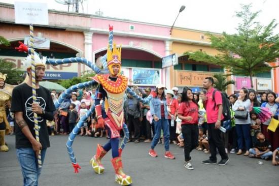 Karnaval dalam rangka Orientasi Mahasiswa Baru, Universitas Kristen Satya Wacana.  Foto: UKSW/Dok. Humas