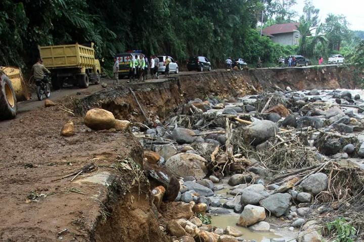 Terkikis Air Sungai, Jalan Provinsi Sumbar-Jambi Ambles