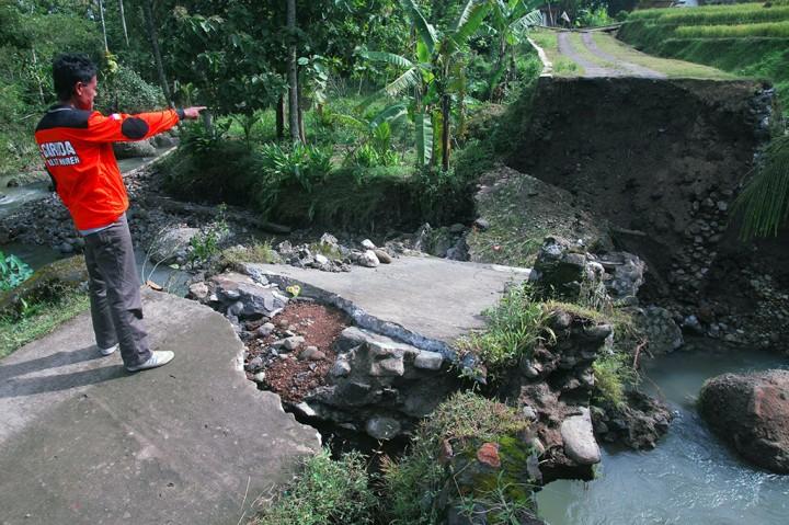 Jembatan Roboh, Warga Dusun di Magelang Terisolasi