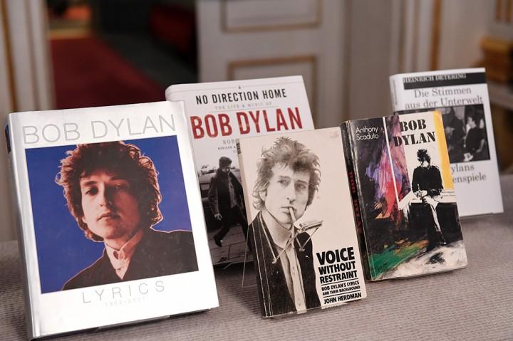 Bob Dylan Terima Hadiah Nobel Sastra