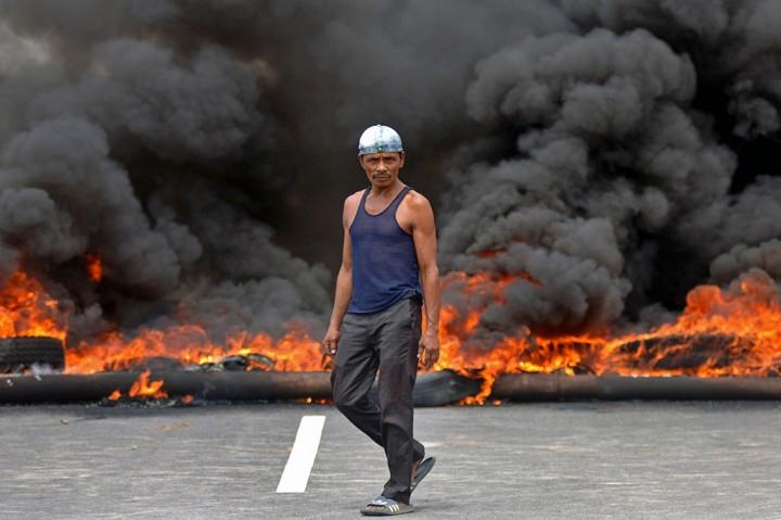 Warga Blokade Jalan Menuju Bandara Minangkabau