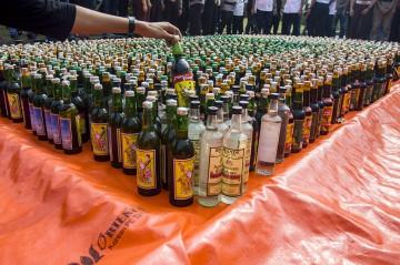 Ribuan Botol Miras Dimusnahkan di Monas