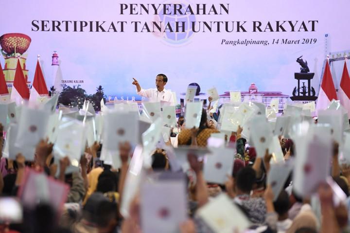 Jokowi Bagikan 2.500 Sertifikat Tanah ke Warga Babel