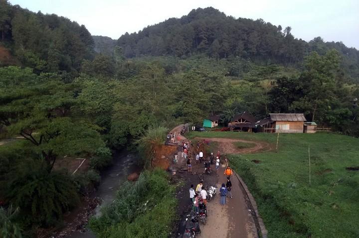 Longsor Putus Akses Jalur Wisata di Bogor