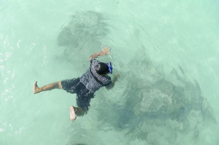 Keindahan Pantai Jikumerasa di Pulau Buru