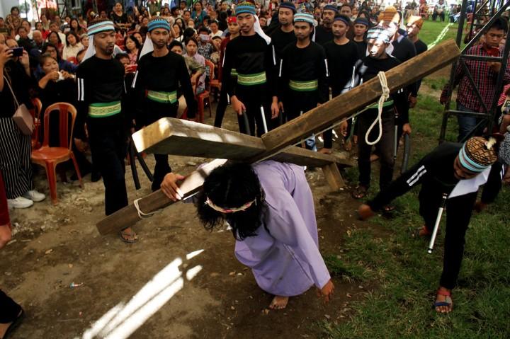 Melihat Prosesi Jalan Salib di Berbagai Daerah