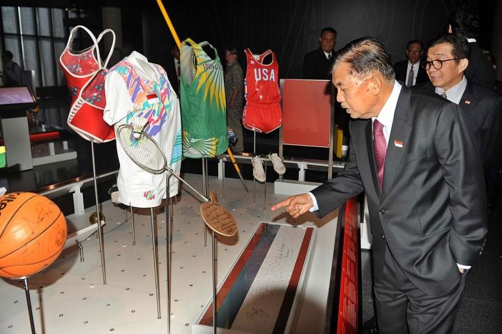 JK Lihat Seragam Susi Susanti di Museum Olimpiade Lausanne
