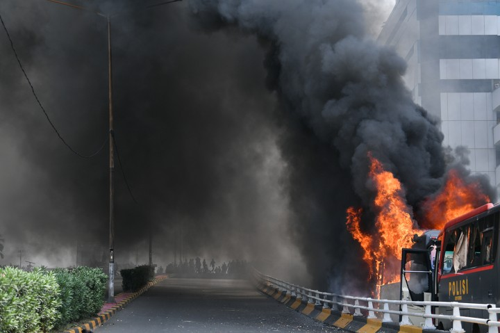 Dua Bus Brimob Dibakar Massa di Slipi