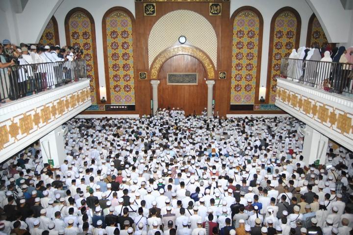 Ribuan Orang Iringi Pemakaman Ustaz Arifin Ilham