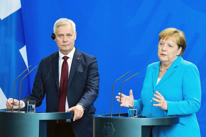 Lagi, Angela Merkel Terlihat Gemetar