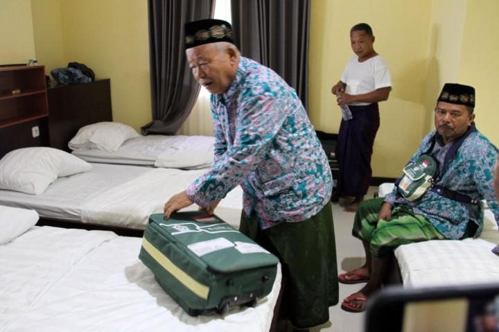 Menabung 22 Tahun, Tukang Becak Ini Akhirnya Berangkat Haji