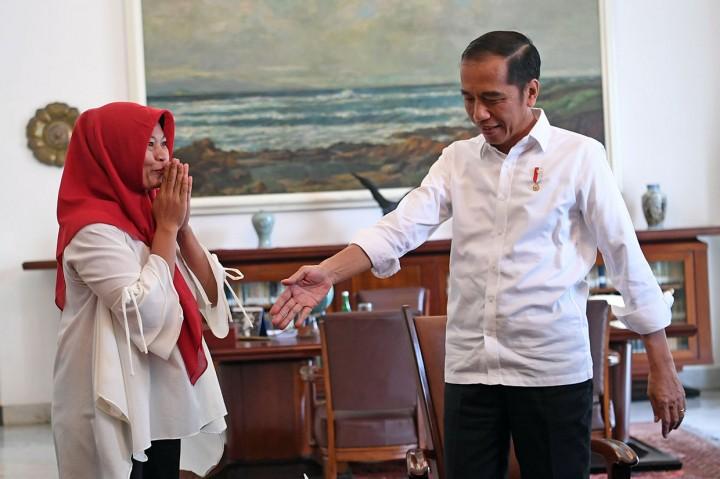 Jokowi Saksikan Penyerahan Keppres Amnesti Baiq Nuril