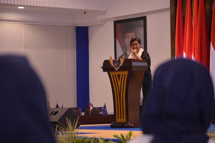 Surya Paloh Serahkan Beasiswa Pemenang OSC