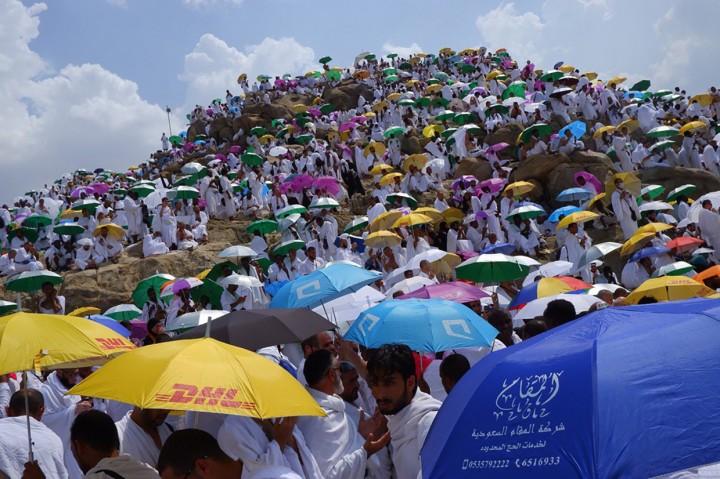 Suasana Wukuf di Jabal Rahmah yang Diguyur Hujan