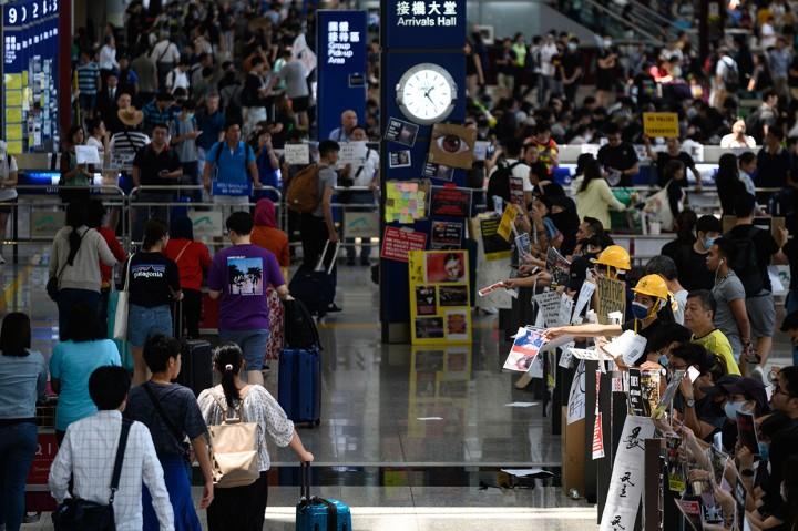 Demonstran Blokir Area Keberangkatan Bandara Hong Kong