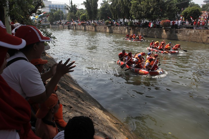 Keseruan Lomba Dayung di Sungai Ciliwung
