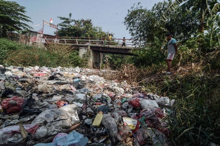 Sampah Banjiri Kali Jambe Bekasi