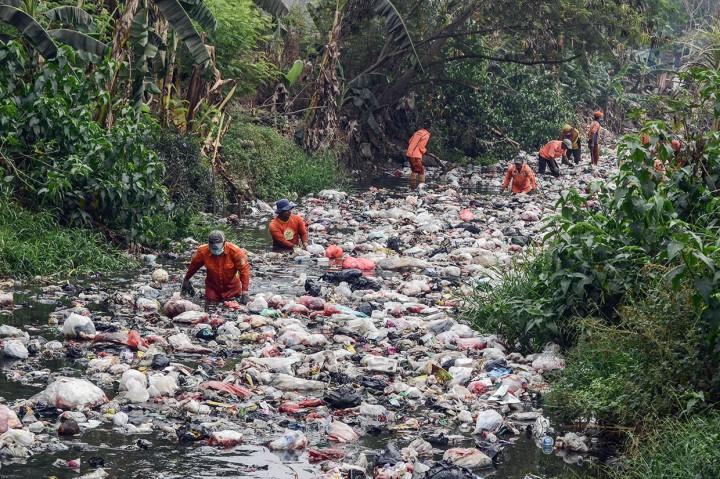Sampah Kali Jambe Bekasi Mulai Dibersihkan