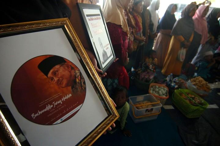 Siswa di Banda Aceh Gelar Salat Gaib untuk Habibie