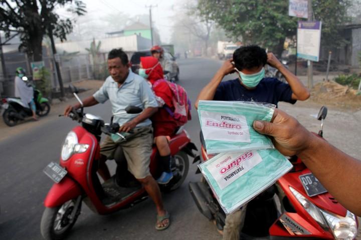 Masker Gratis untuk Warga Terdampak Asap Kebakaran TPA Antang