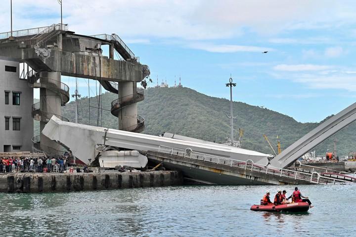 Jembatan di Taiwan Runtuh, Beberapa Nelayan Terperangkap