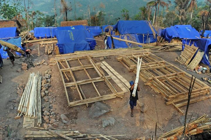Warga Baduy Gotong Royong Bangun Rumah Pascakebakaran
