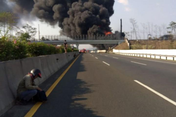 Pipa Pertamina di Cimahi Terbakar Hebat