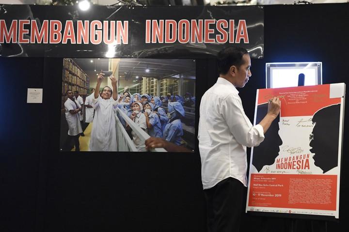 Jokowi Terkesan dengan Foto Dirinya Gendong Anak Papua