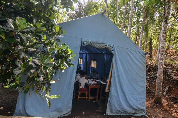 Sekolah Rusak, Siswa SDN 2 Kadupandak Belajar di Tenda