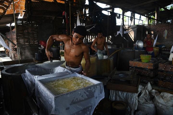 Pabrik Tahu di Sidoarjo Berbahan Bakar Sampah Plastik