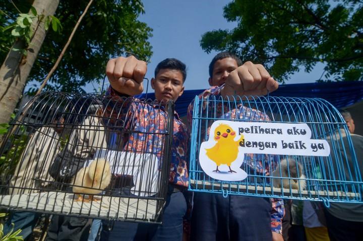 Cegah Kecanduan Gawai, Pelajar di Bandung Diberi Anak Ayam