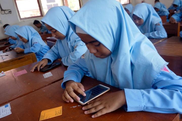 Siswa SMK di Batang Ujian Semester Menggunakan Gawai