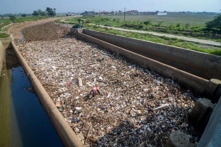 Sampah Penuhi Sungai Cikeruh Bandung