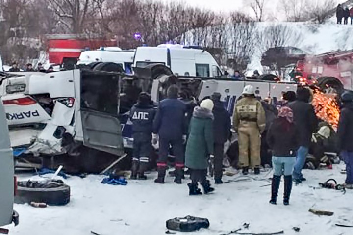 Bus Terjun ke Sungai Beku di Siberia, 19 Orang Tewas