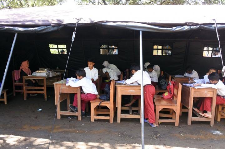 Atap SDN Jamintoro 3 Rawan Ambruk, Siswa Belajar di Tenda