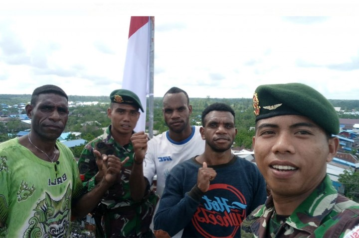 Aksi Heroik Prajurit TNI dan Warga Kibarkan Merah Putih di Asmat