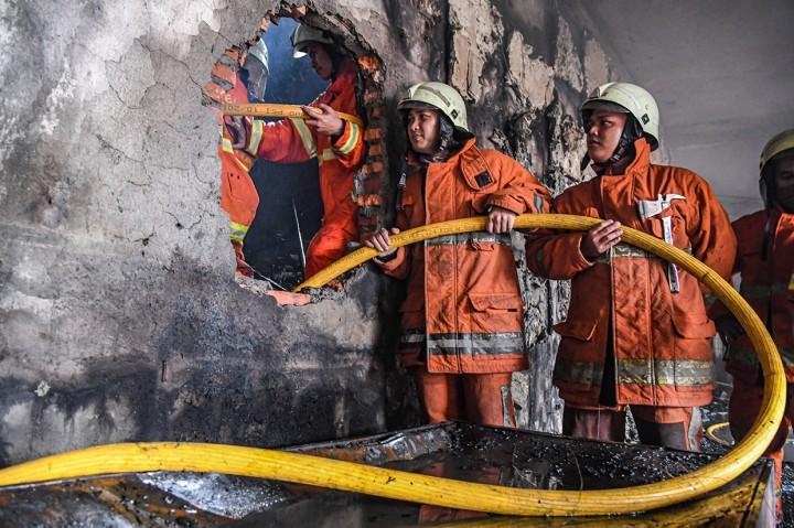Petugas Lakukan Pendinginan di Lokasi Kebakaran Mal Lokasari