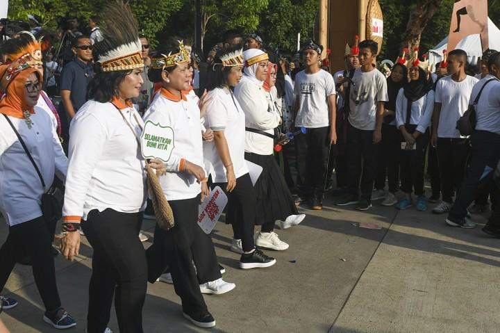 Rayakan Hari Ibu, Iriana Jalan Sehat Bersama Masyarakat