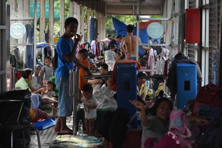 Posko Pengungsian Kurang, Warga Terpaksa Mengungsi di Halte