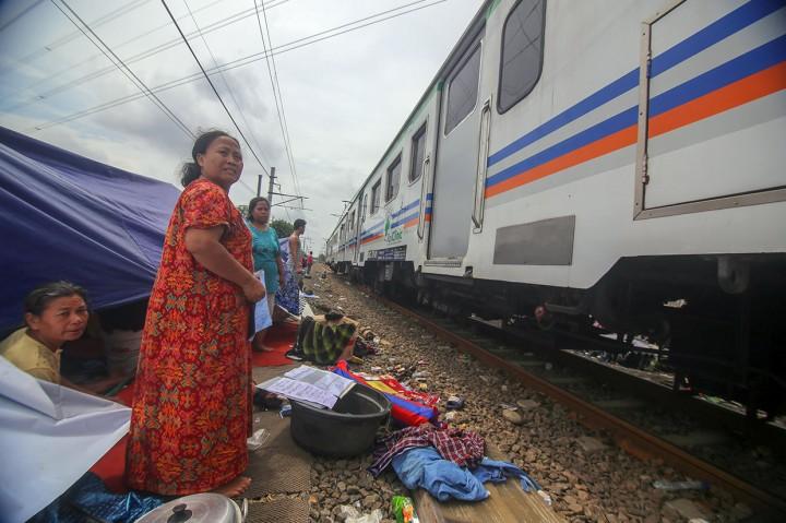 Korban Banjir Rawa Buaya Mengungsi di Pinggir Rel