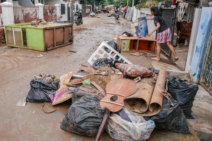 Warga Ciledug Indah Bersih-bersih Pascaditerjang Banjir