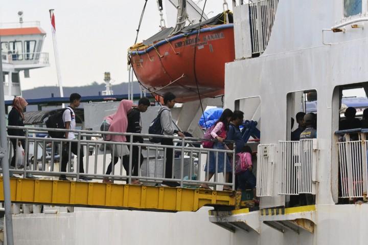 Penumpang Pejalan Kaki Padati Pelabuhan Bakauheni