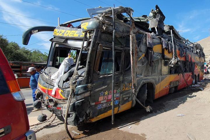 Bus Tingkat Tabrak Mobil Parkir, 14 Tewas