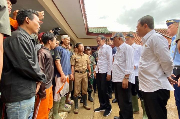 Jokowi Kunjungi Korban Banjir dan Longsor Sukajaya