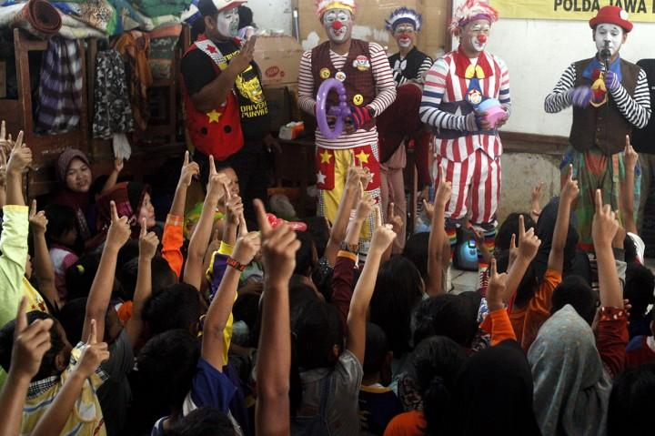 Badut Hibur Anak-anak Korban Banjir Sukajaya