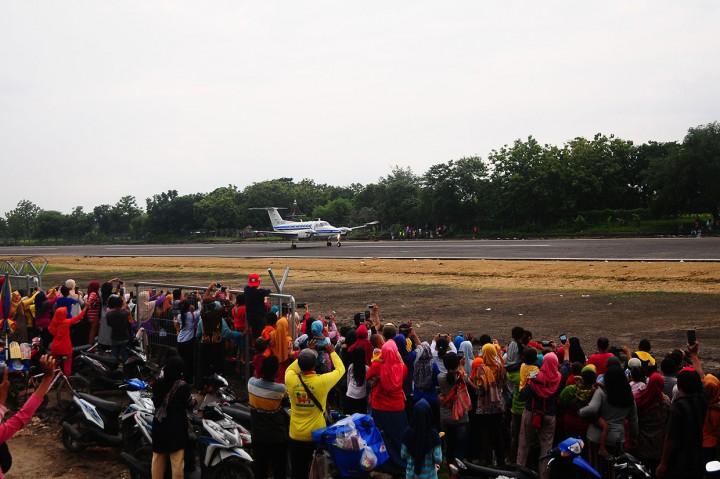 Antusiasme Warga Lihat Pendaratan Perdana di Bandara Ngloram