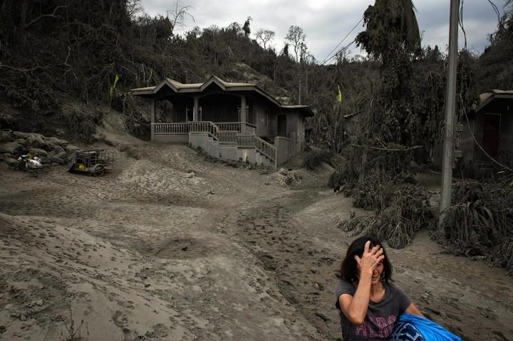 Warga Selamatkan Harta Benda di Tengah Ancaman Gunung Taal