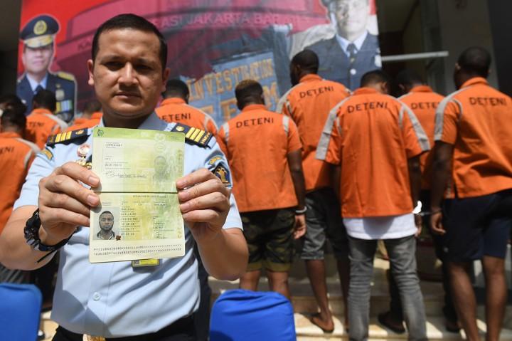 Imigrasi Jakbar Amankan 13 WNA <i>Overstay</i>