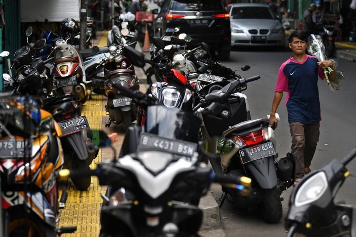 Trotoar di Rawa Belong Dipenuhi PKL dan Parkir Liar